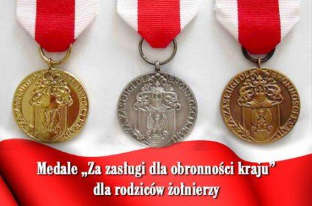 """Uroczystość wręczenia medali """"Za zasługi dla obronności kraju""""."""